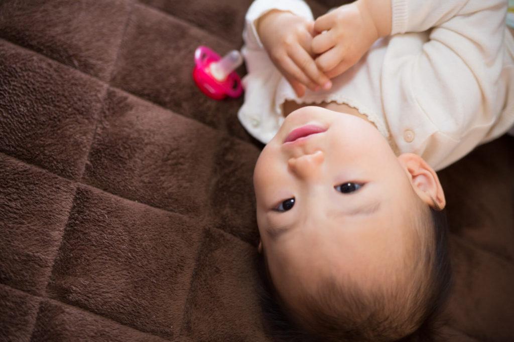 赤ちゃんの寝返りには前兆がある?