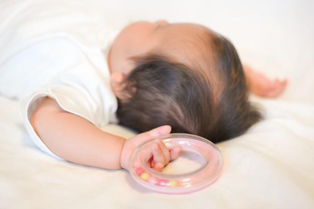 寝ないぐずる新生児を布団で寝かす方法とは?
