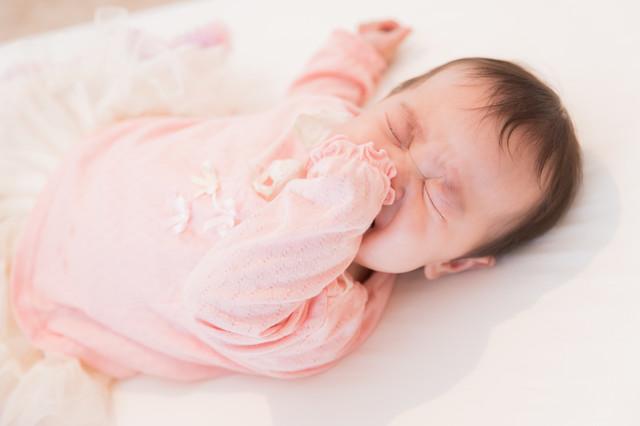 生後2ヶ月の赤ちゃんが寝ないけど睡眠時間は何時間?